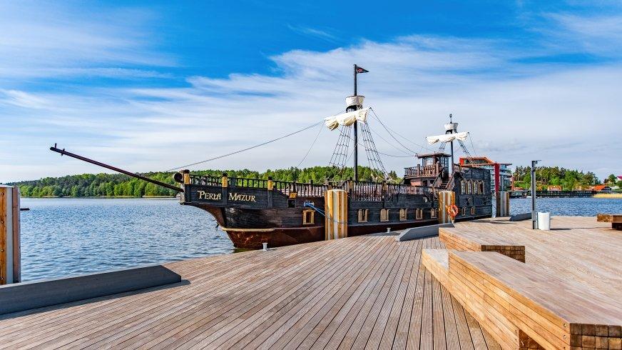 Statek wypływa z promenady w Mikołajkach, przy Wiosce Żeglarskiej